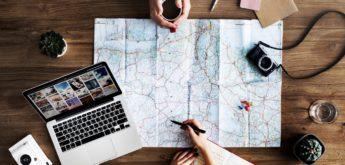 Zwei Leute arbeiten mit einer Landkarte. [Copyright = rawpixel.com / pexels.com]