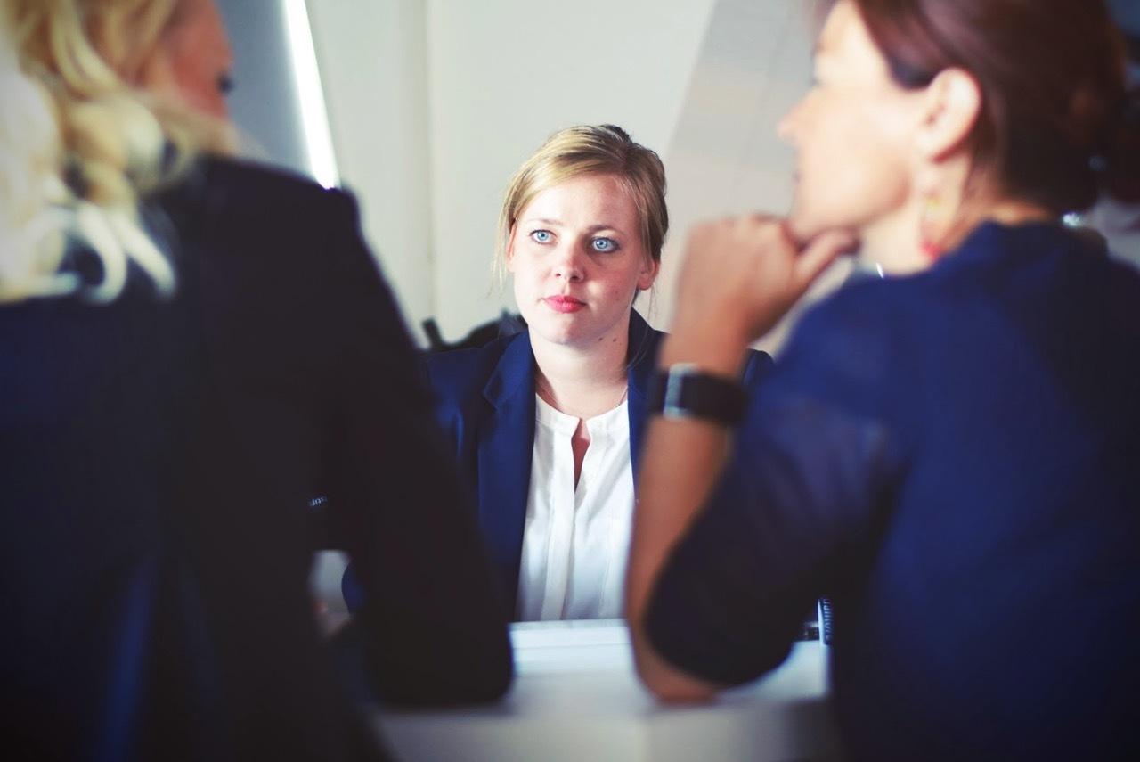 Frau während eines Bewerbungsgesprächs.