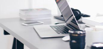 Halb geschlossener Laptop auf Schreibtisch. [Copyright = Christopher Gower / unsplash.com]