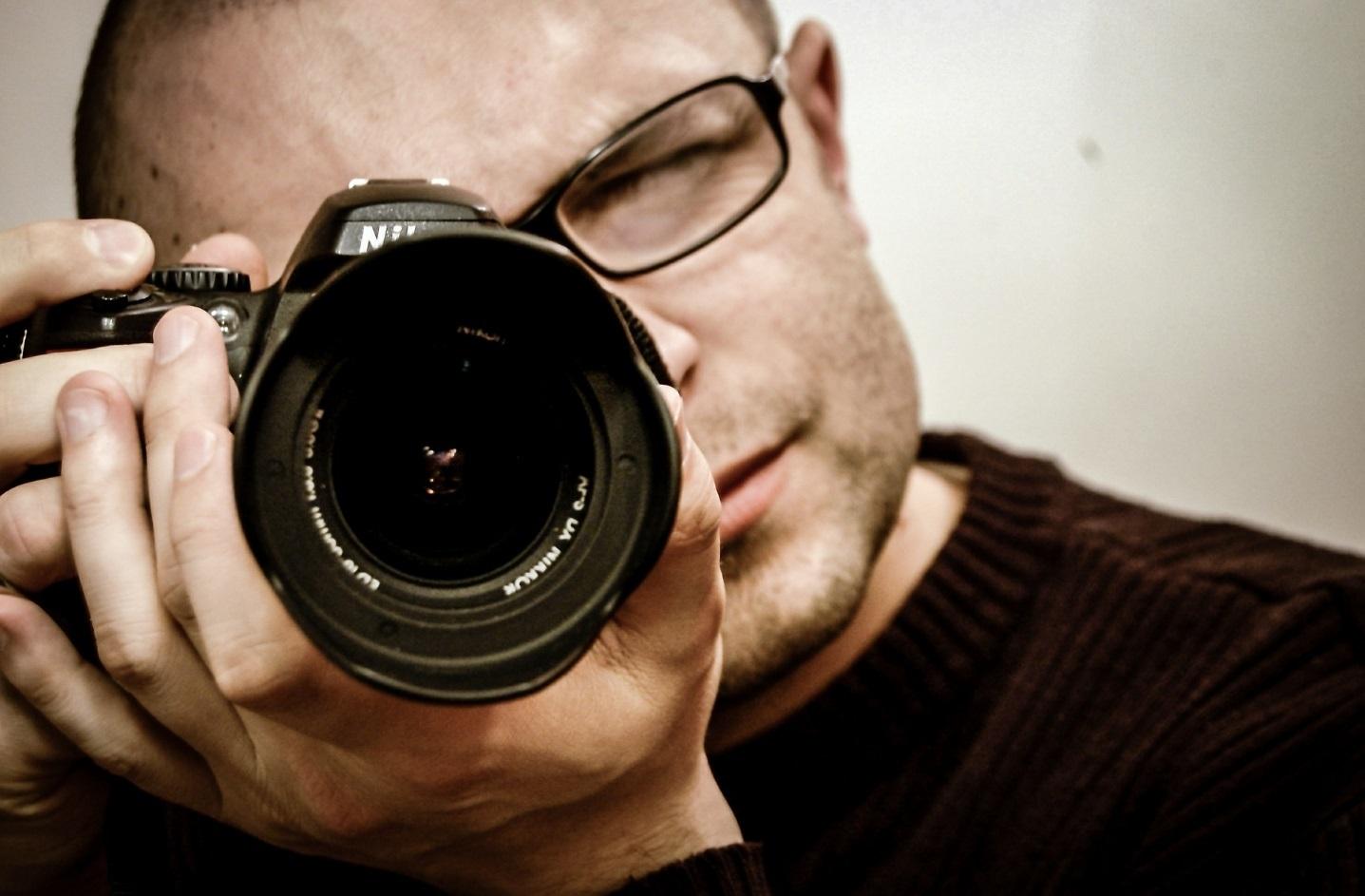 Fotograf mit Kamera. [Copyright = jarmoluk / pixabay.com]