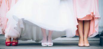 Füße der Braut und zweier Trauzeuginnen
