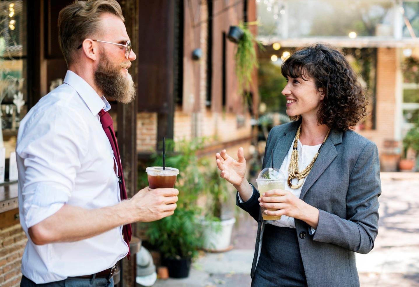 Zwei Unternehmer reden angeregt miteinander. [Copyright = rawpixel.com / pexels.com]
