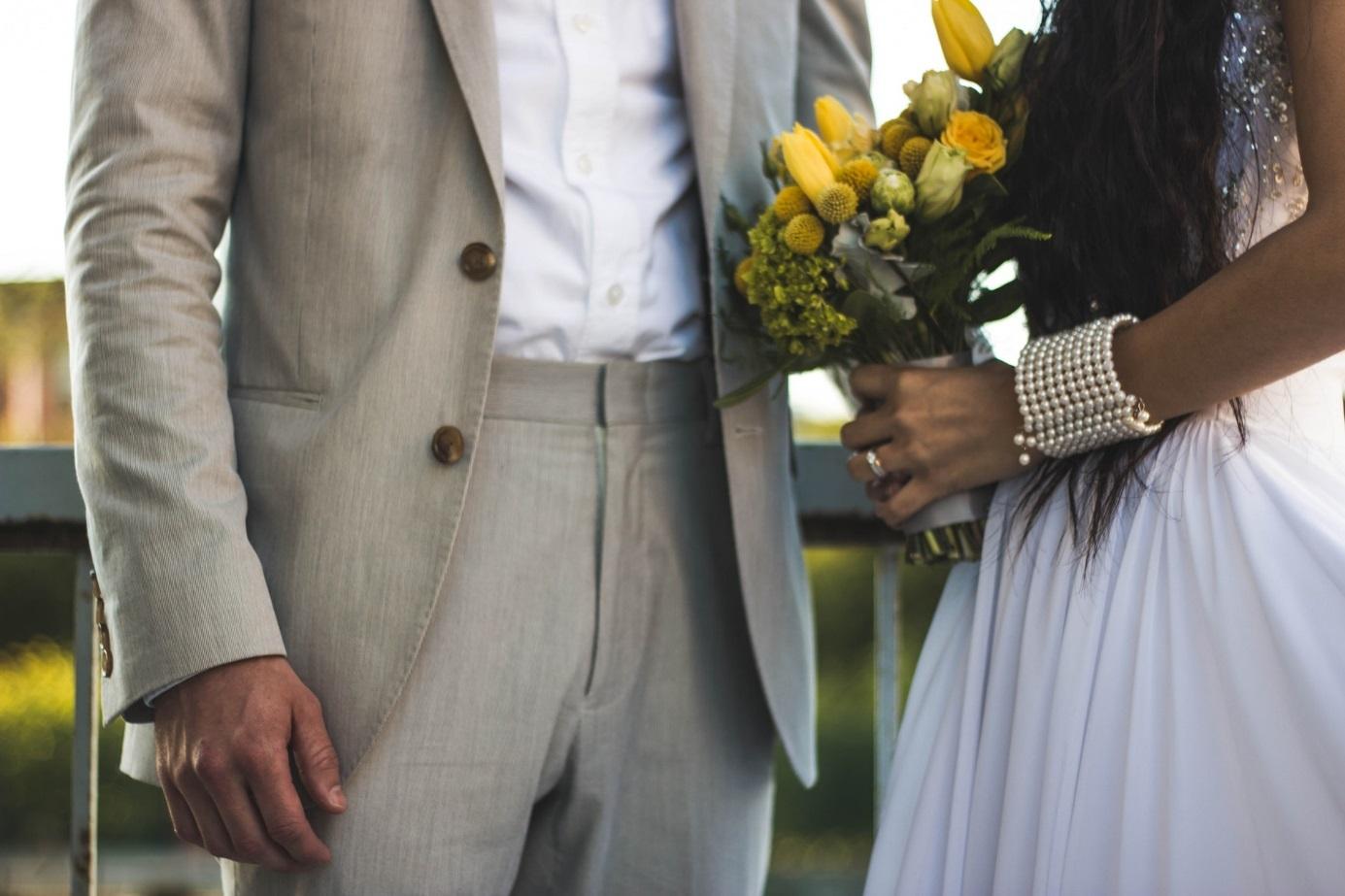 Brautpaar mit Blumenstrauß.