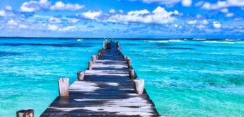 Blaues Meer mit Holzsteg