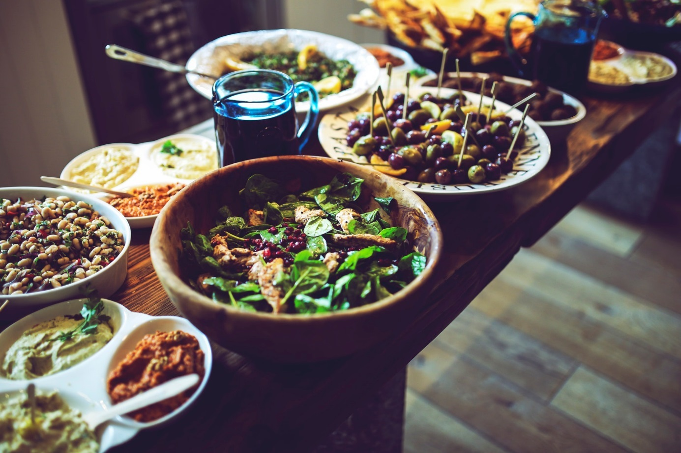 Tafel, auf der viele verschiedene Salate stehen.