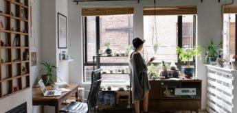 Frau in erster eigener Wohnung