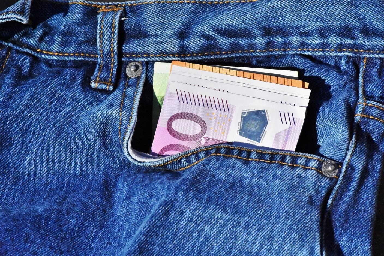 Hosentasche mit Geldscheinen.