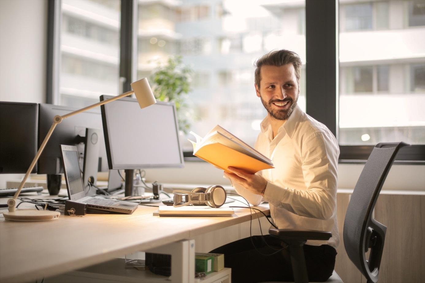 Junger Mann am Schreibtisch
