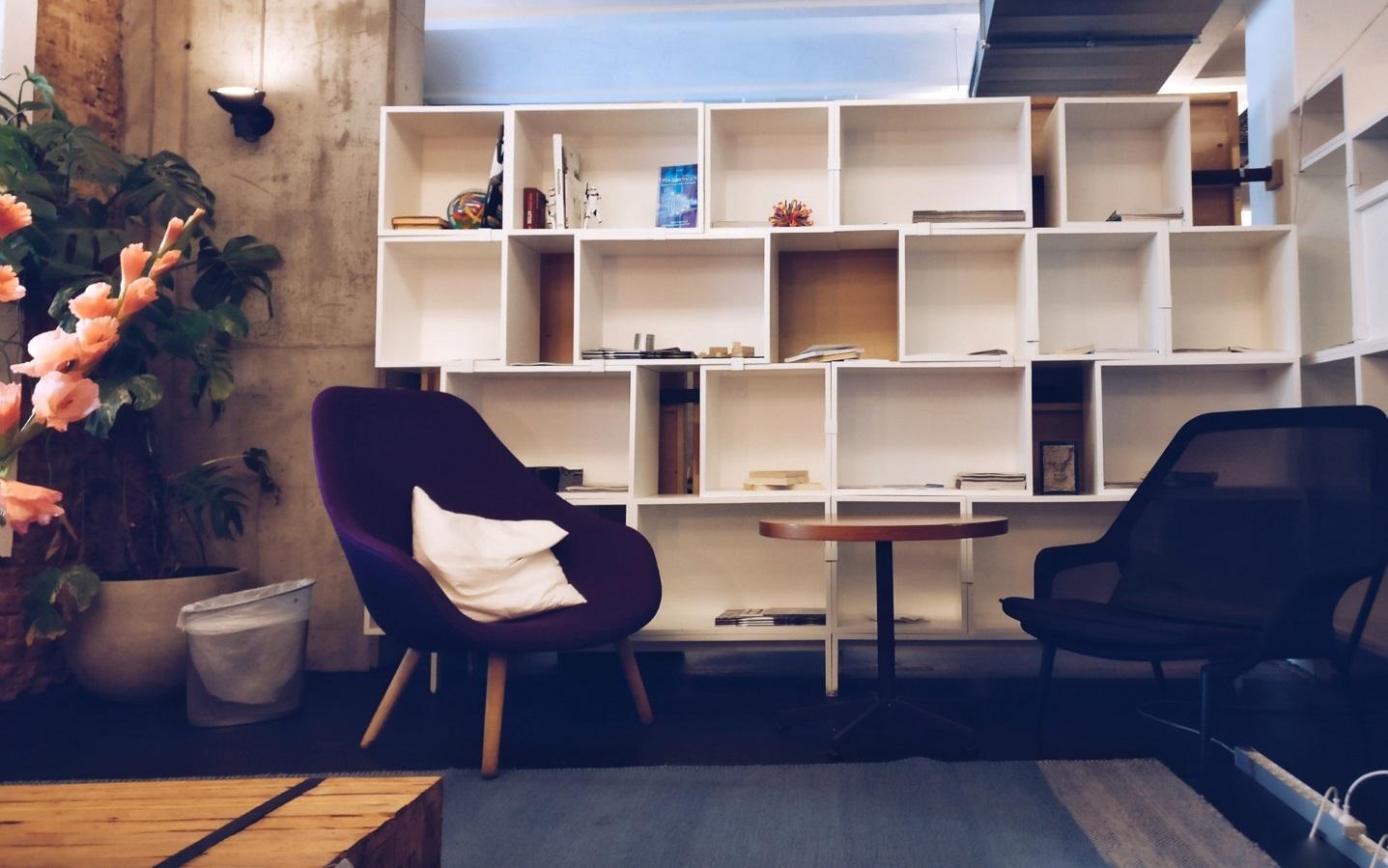Die kostbare Einrichtung des Wohnzimmers. [Copyright = Ingo Joseph / pexels.com]