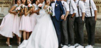 Brautpaar steht zwischen Brautjungfern und Brautführern