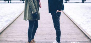 Frau und Mann auf Seebrücke in winterlicher Umgebung