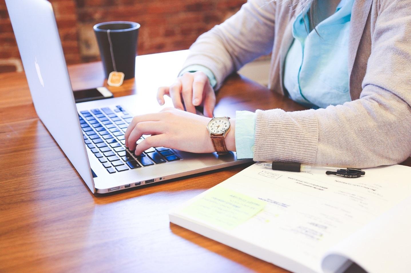 Frau benutzt Laptop. [Copyright = StartupStockPhotos / pixabay.com]