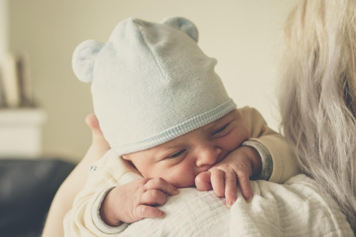 Baby liegt auf Schulter der Mutter
