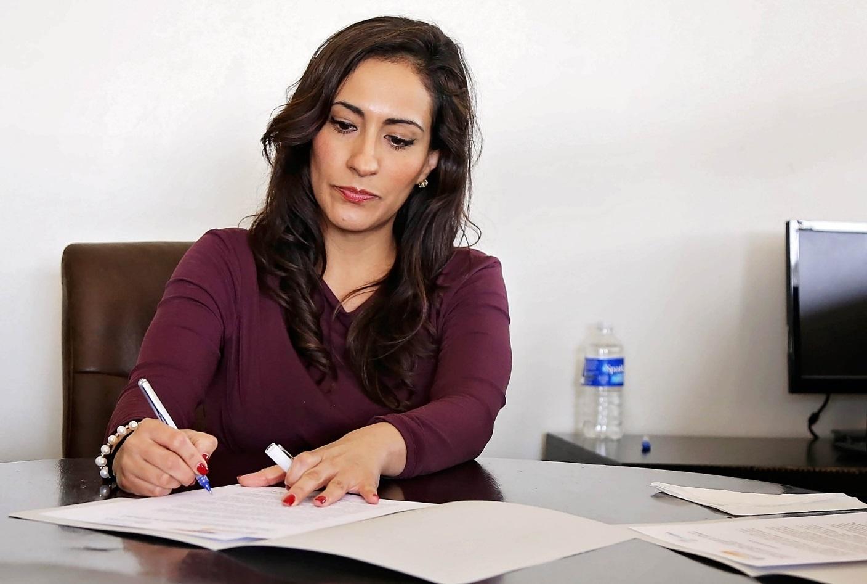 Frau arbeitet am Schreibtisch.