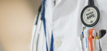 Nahaufnahmen eines Arztes mit Stethoskop und Kugelschreibern