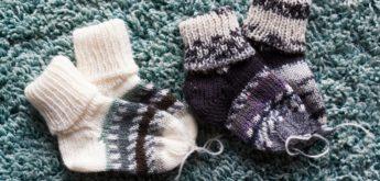 Zwei Paar kleine Stricksocken für Babys