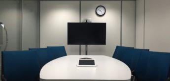 Ein Meetingraum mit blauen Stühlen und Bildschirm. [Copyright = jraffin / pixabay.com]
