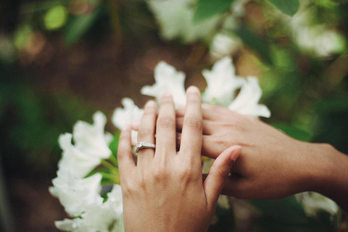 Zwei Hände mit Verlobungsring