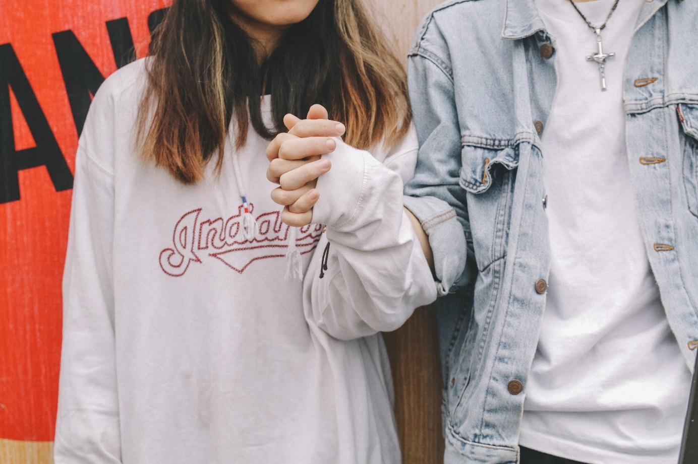 Junges Paar hält Händchen.