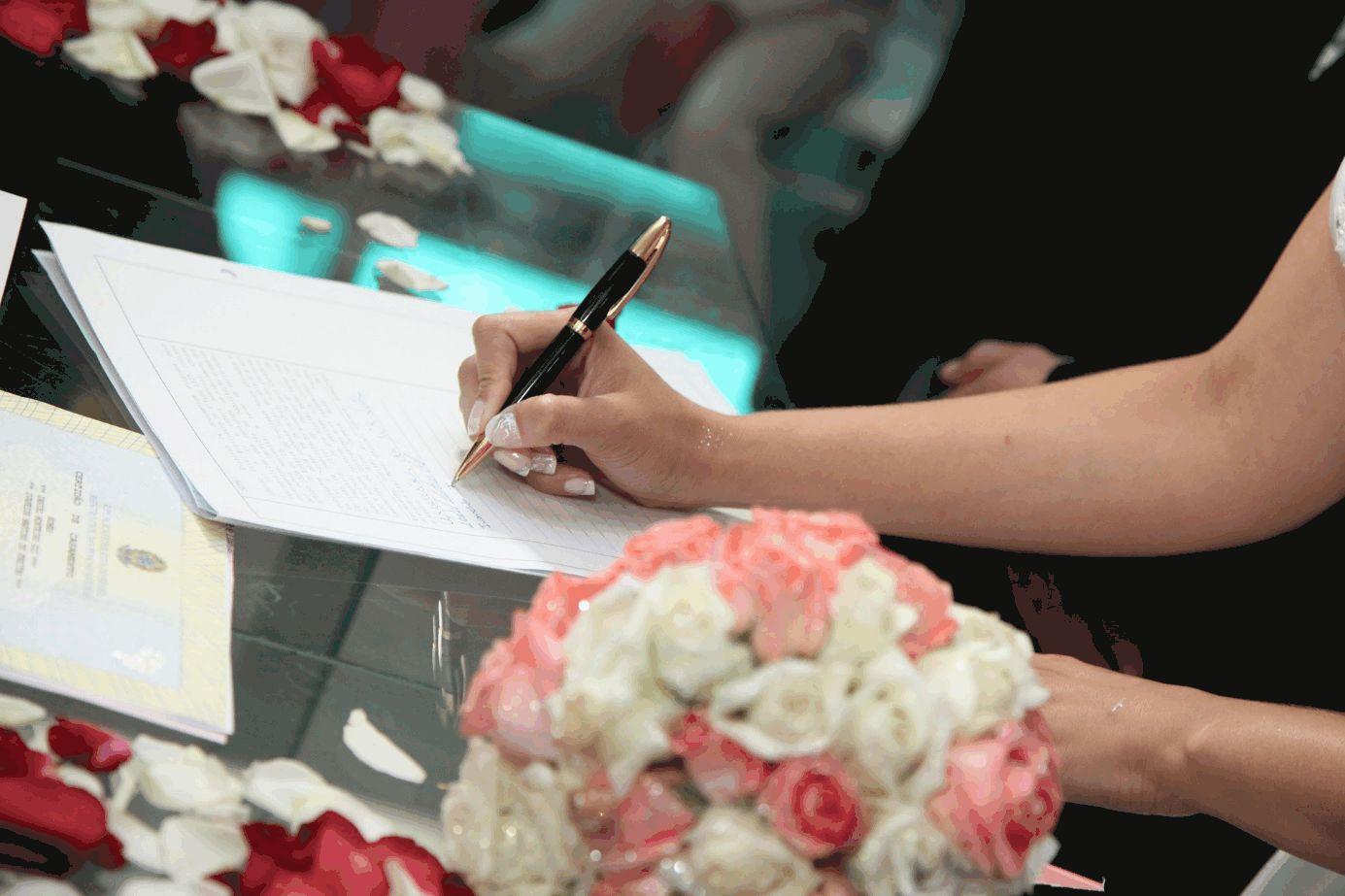 Braut unterschreibt Eheurkunde