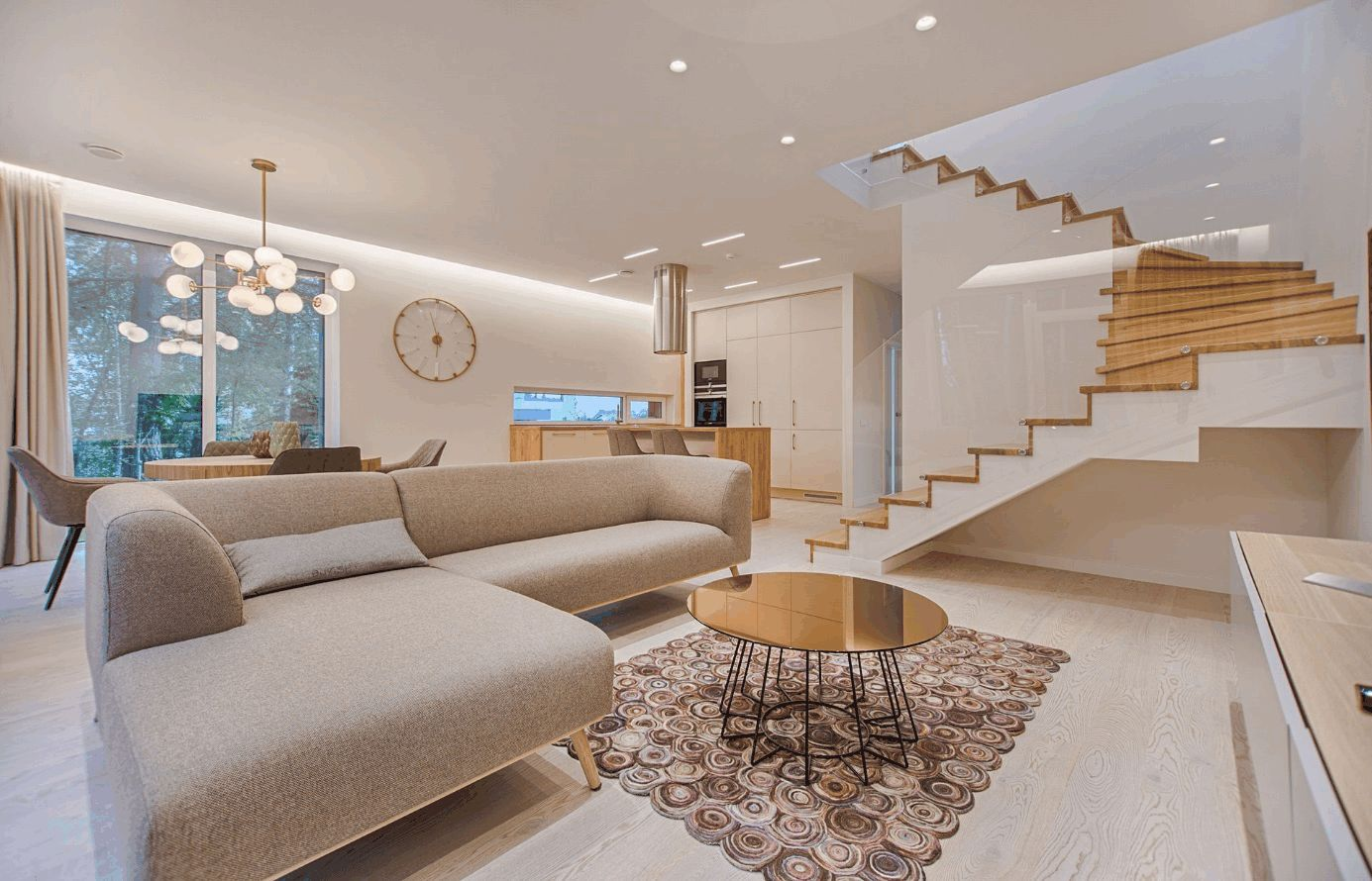 Modernes, luxuriöses Wohnzimmer mit heller Couch im Vordergrund