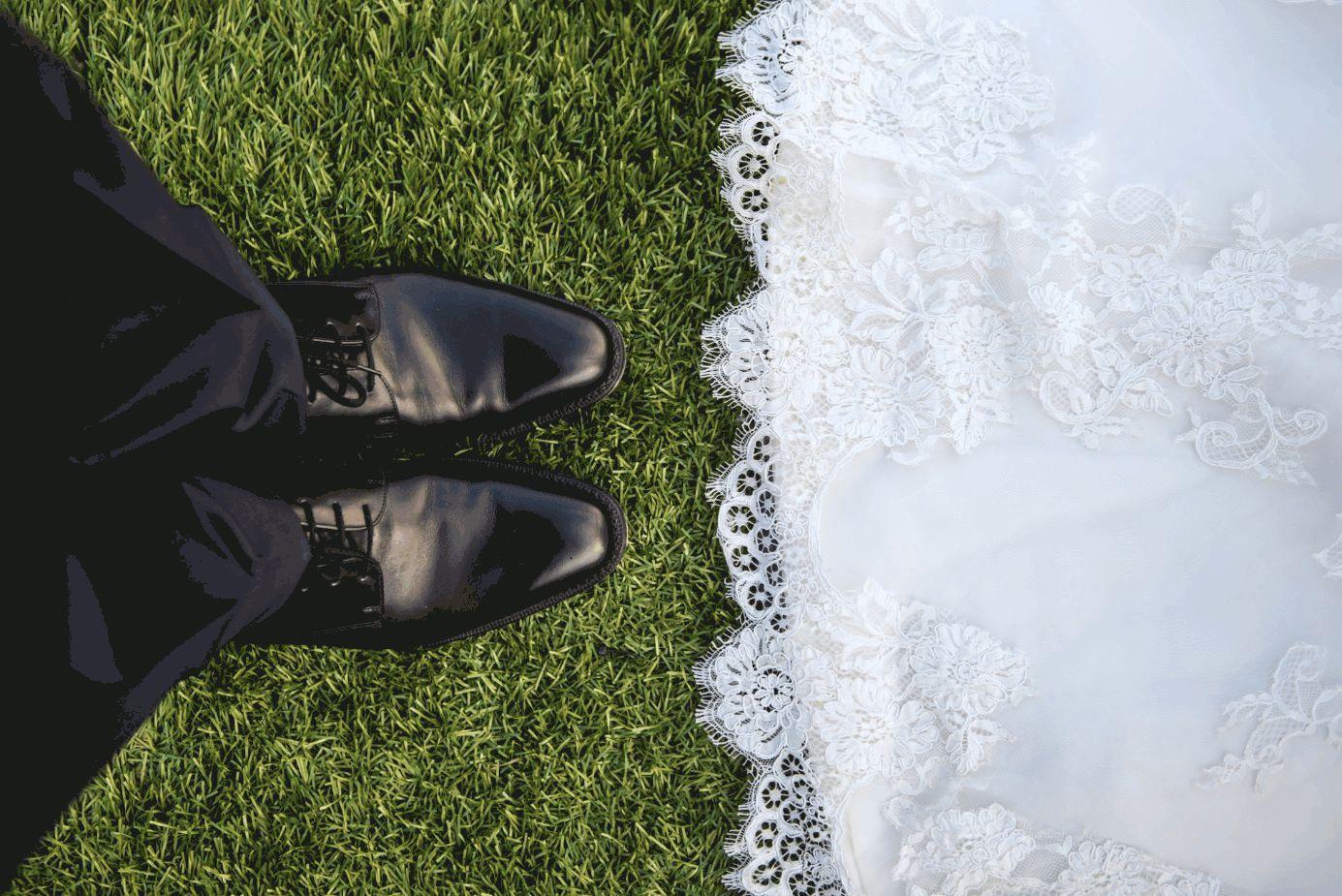 Braut und Bräutigam auf Gras