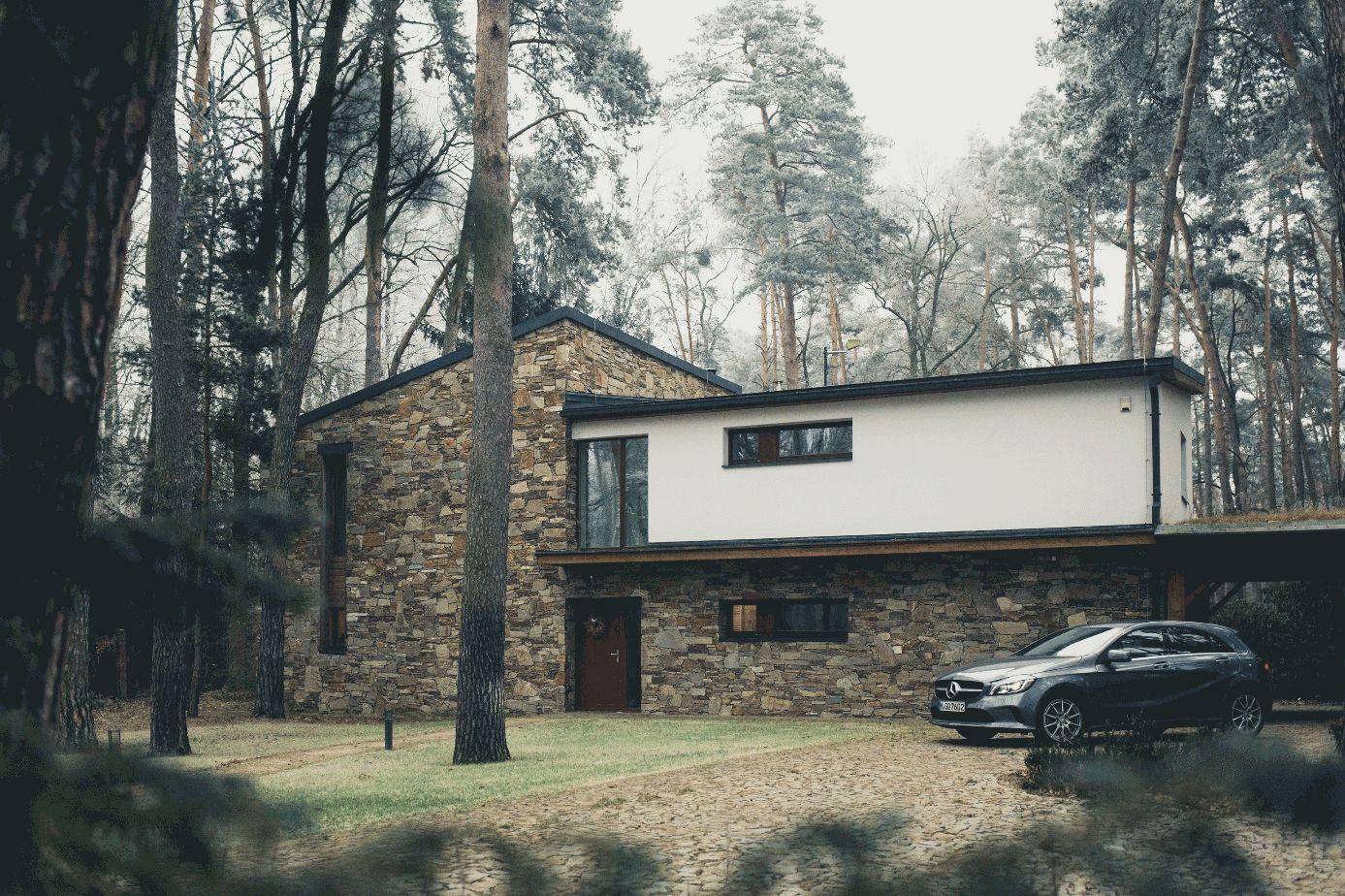 Haus mit Garten und geparktem Auto