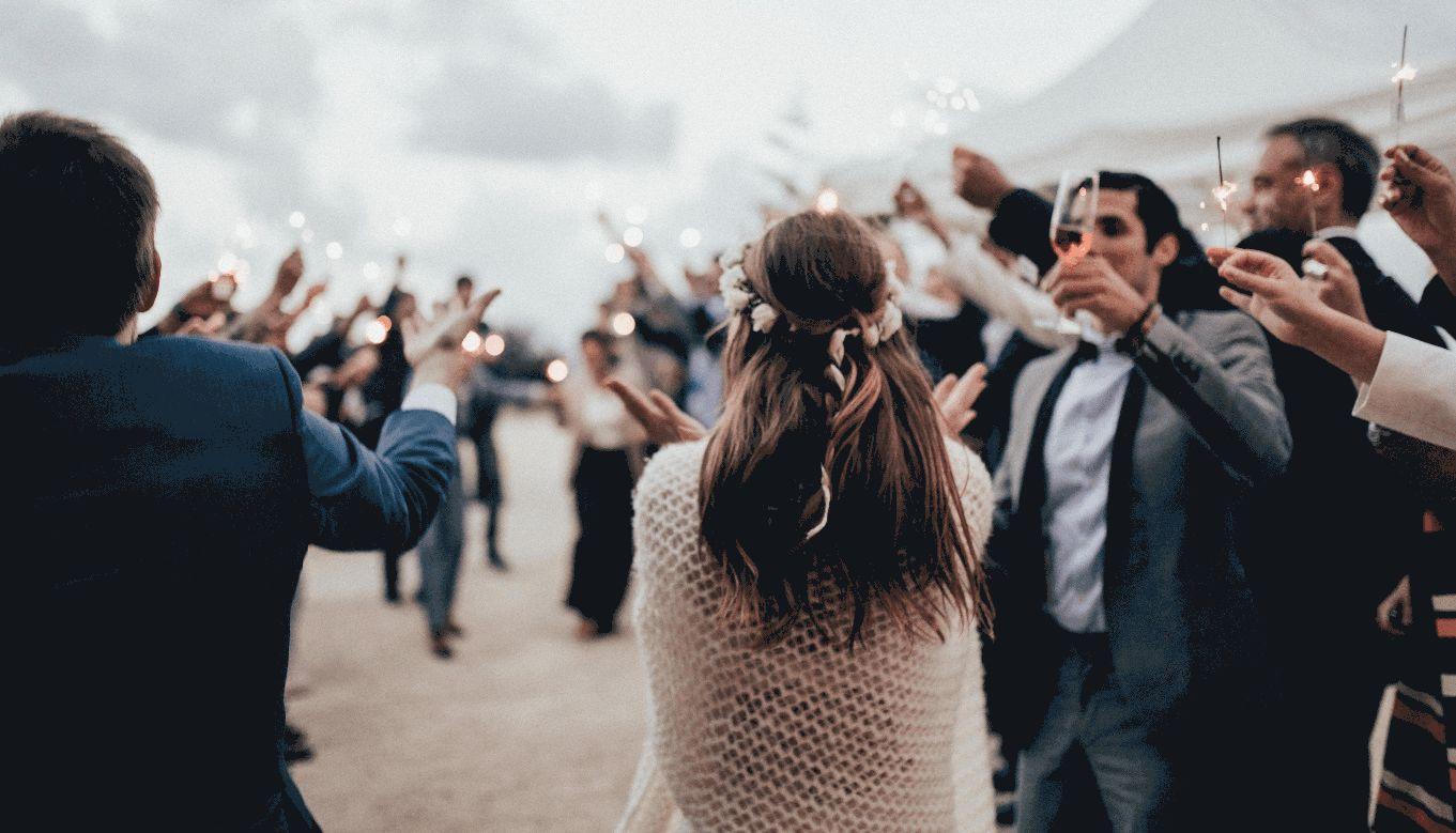Hochzeitsgesellschaft feiert ausgelassen