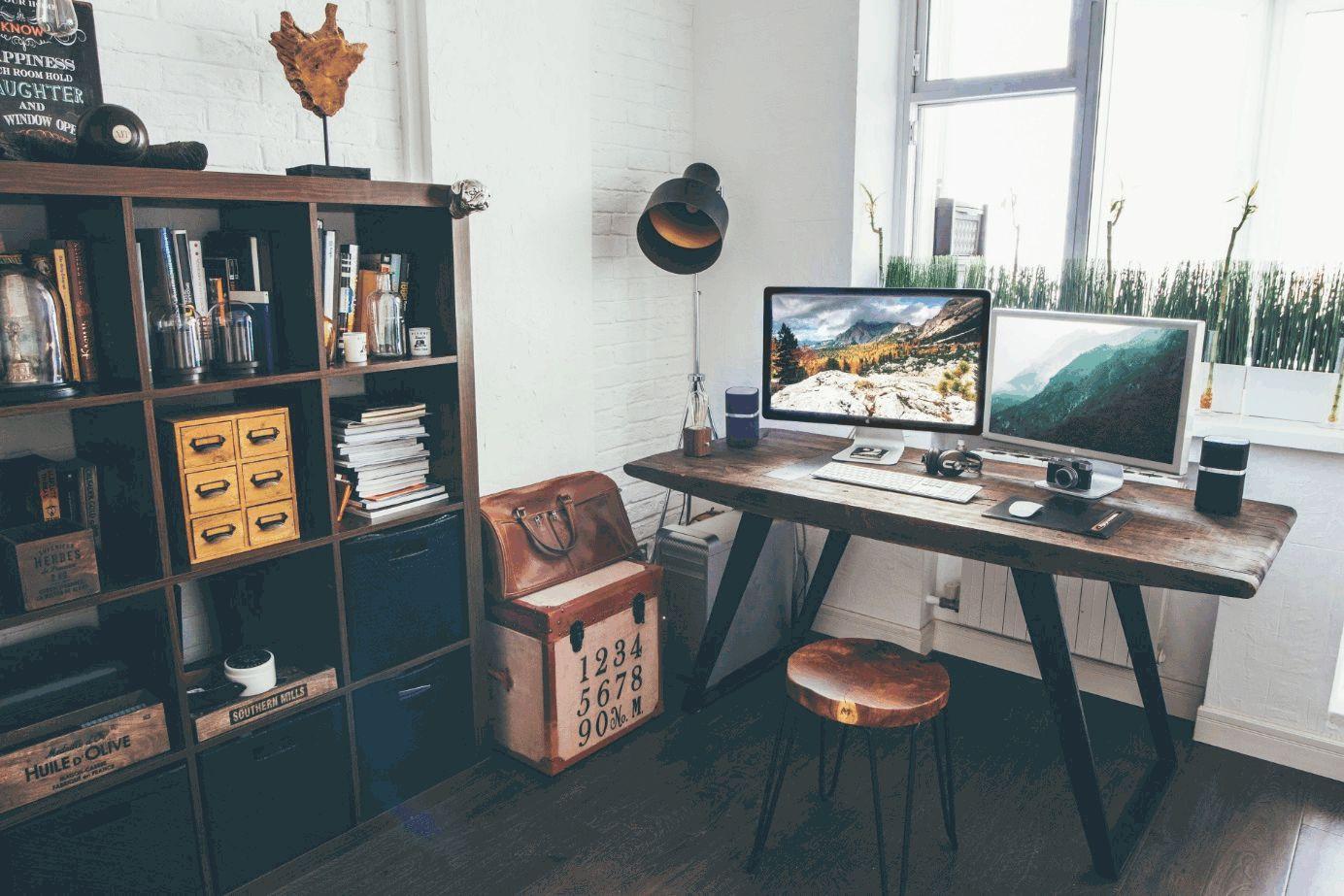 Arbeitstisch mit zwei Monitoren