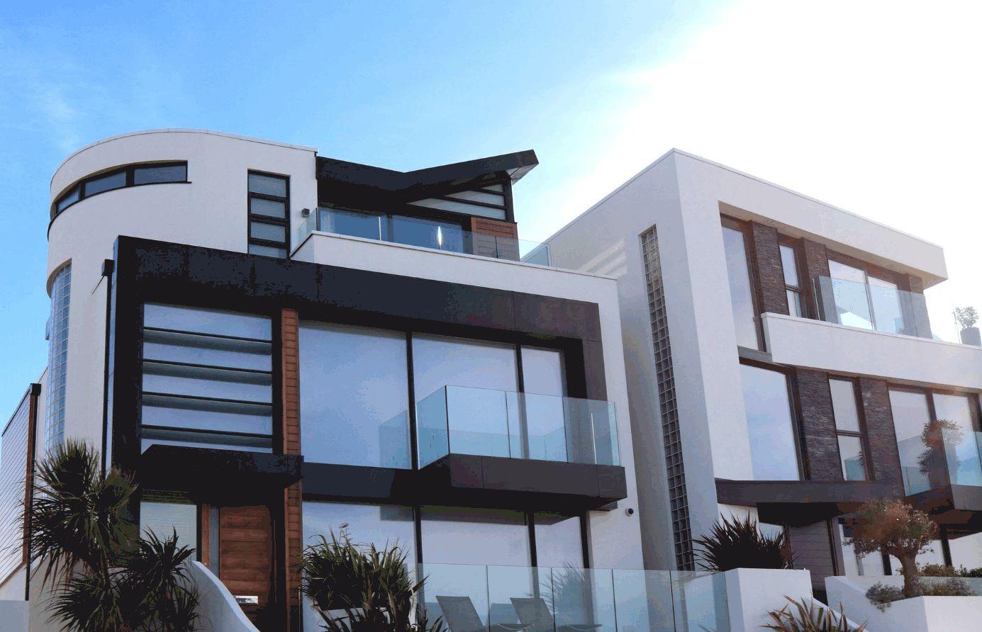 Modernes Haus mit Glasfassaden und weißer Mauer