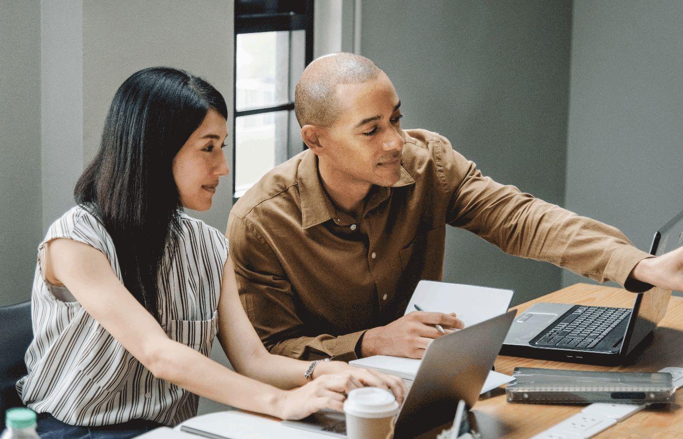 Frau und Mann bei Arbeit am Laptop