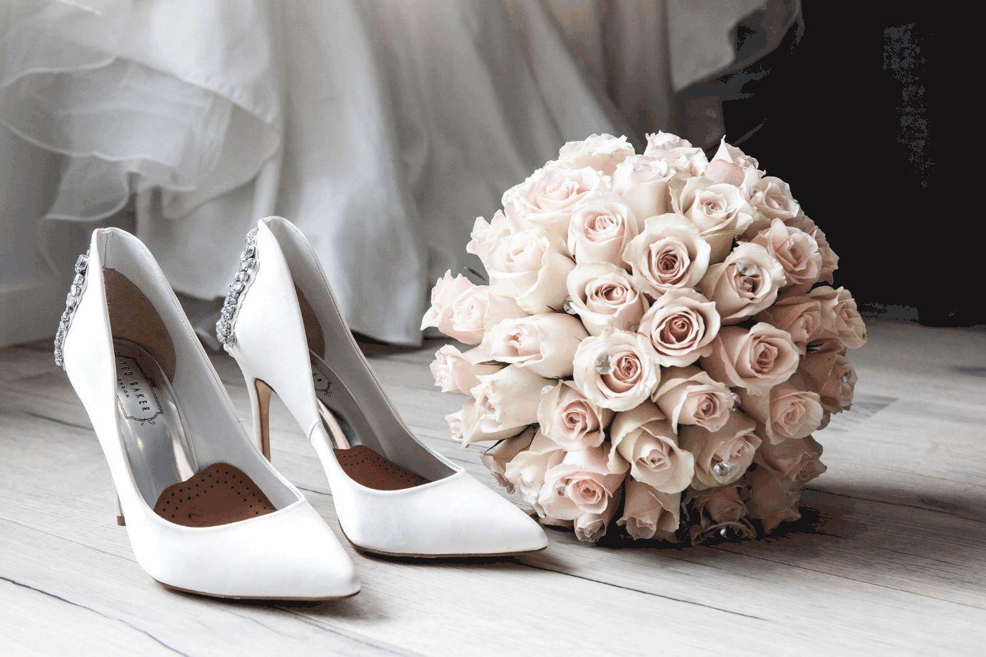 Brautschuhe und Brautstrauß auf dem Boden liegend