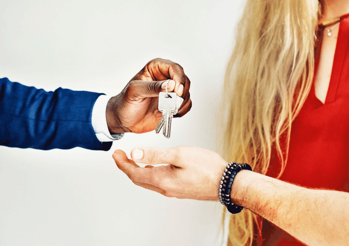 Person übergibt Schlüssel