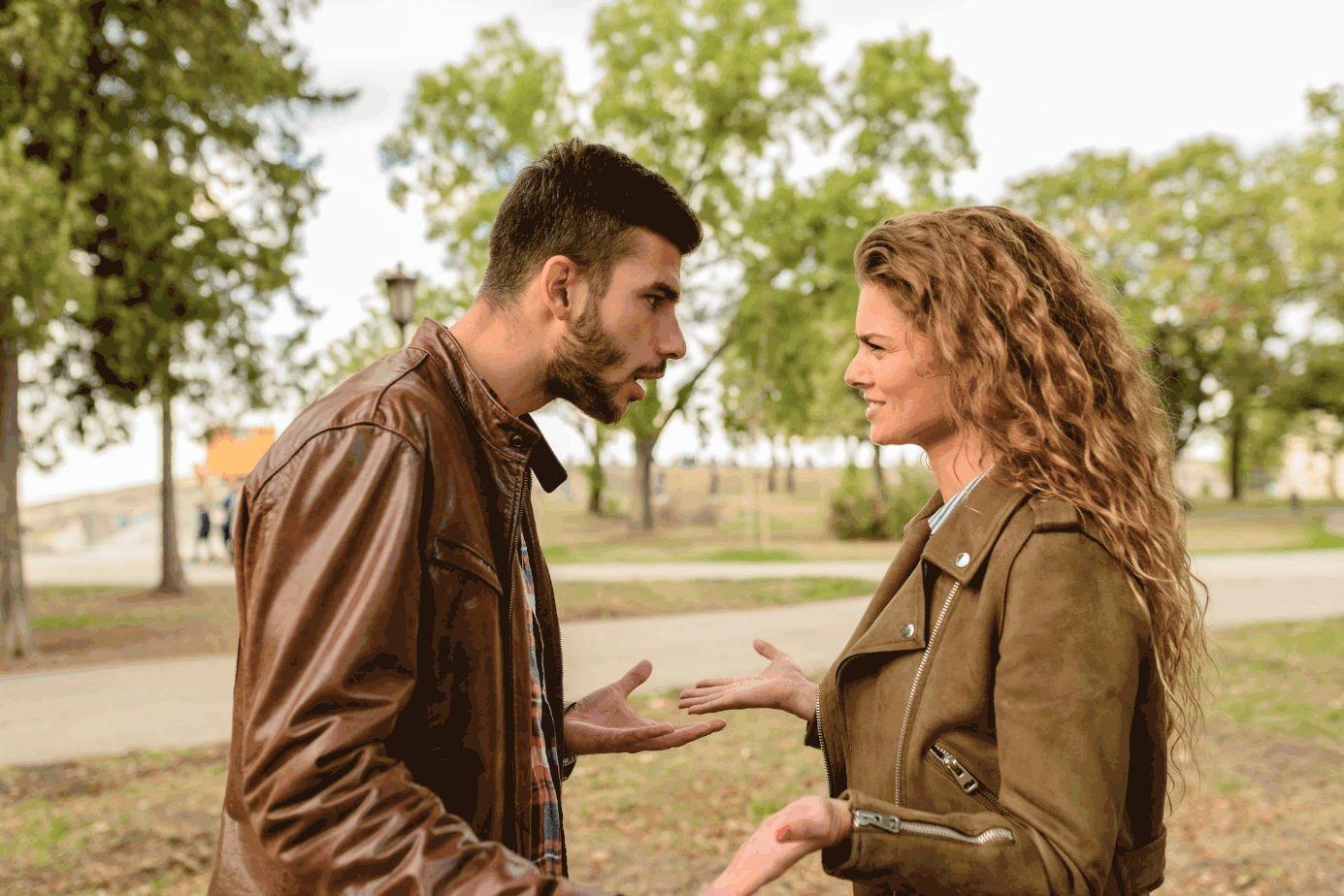 Mann und Frau mit braunen Lederjacken