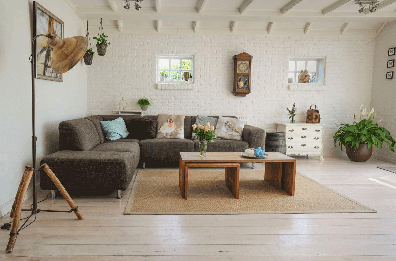 Wohnzimmer mit Couch und braunem Holztisch