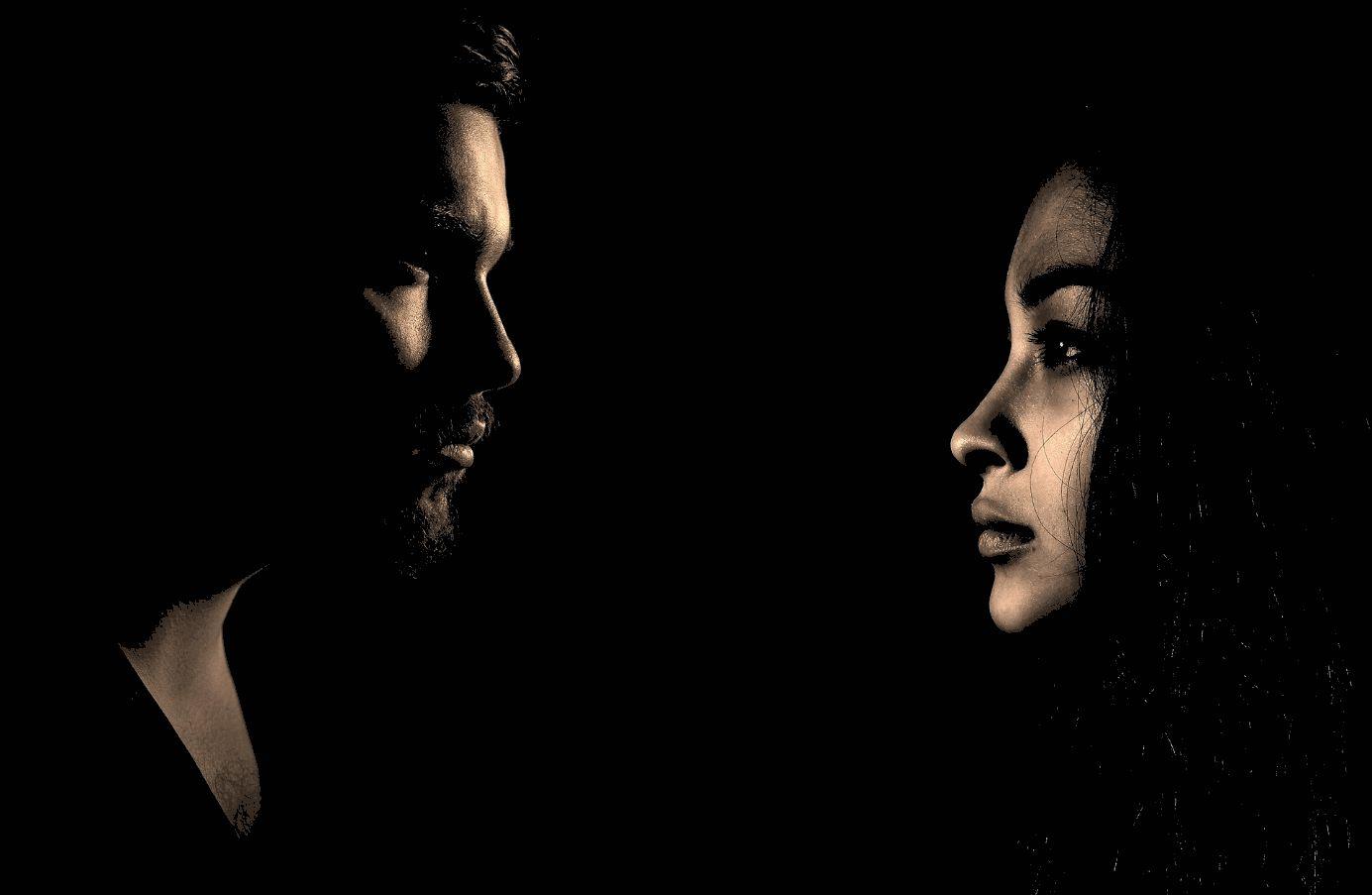 Mann und Frau vor dunklem Hintergrund