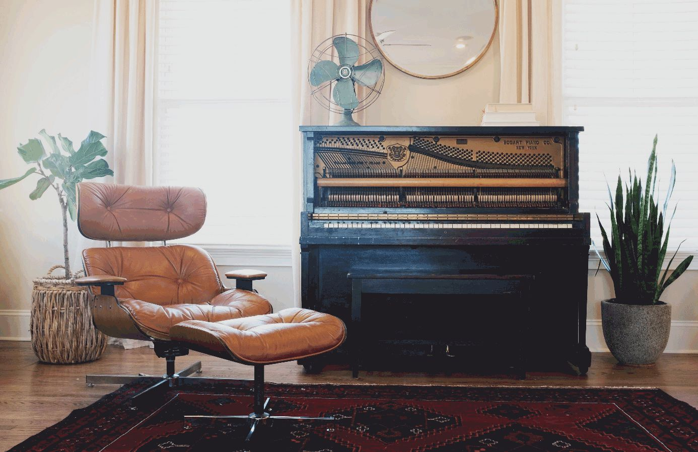 Wohnzimmer mit Sessel und Klavier